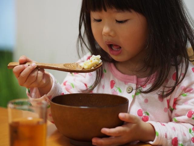 子供の食事の悩み〜ご飯を食べるのが遅い原因と正しい対応