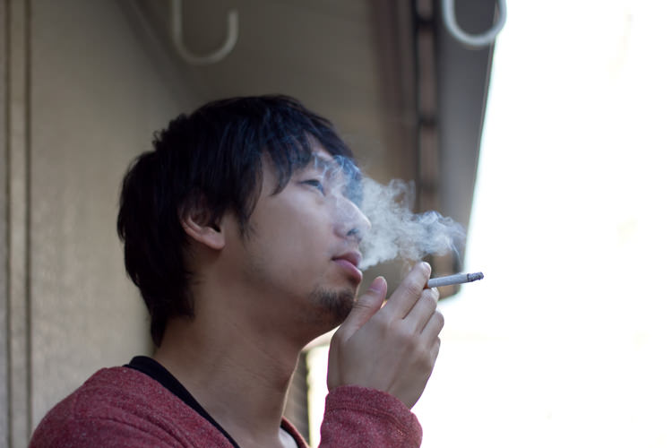 お部屋スッキリ!染み付いたタバコの臭いをとる方法と予防法